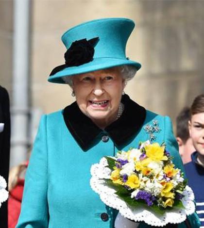 Elizabeth II reclama de presentes ganhados por Família Real